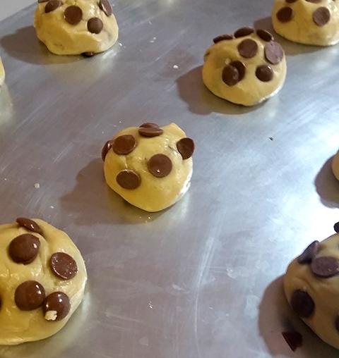 Bolinhas de massa de cookie prontas para irem ao forno