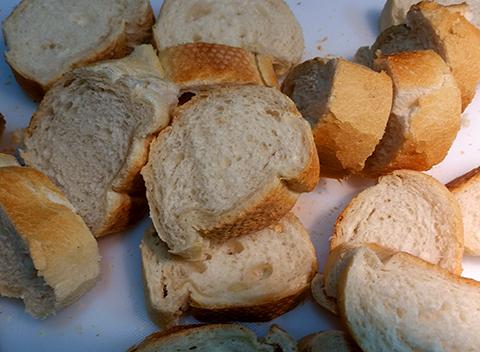 Pão de rabanada esperando pra passar pela misturinha mágica.
