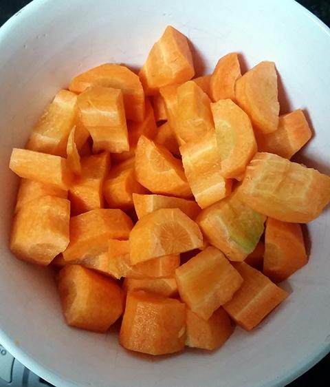 Cenouras picadas e pesadas pra garantir o equilíbrio da receita