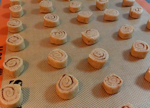 Biscoitos de canela prontos para irem ao forno
