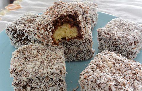 Bolo de Baunilha com Chocolate e Coco – Lamingtons
