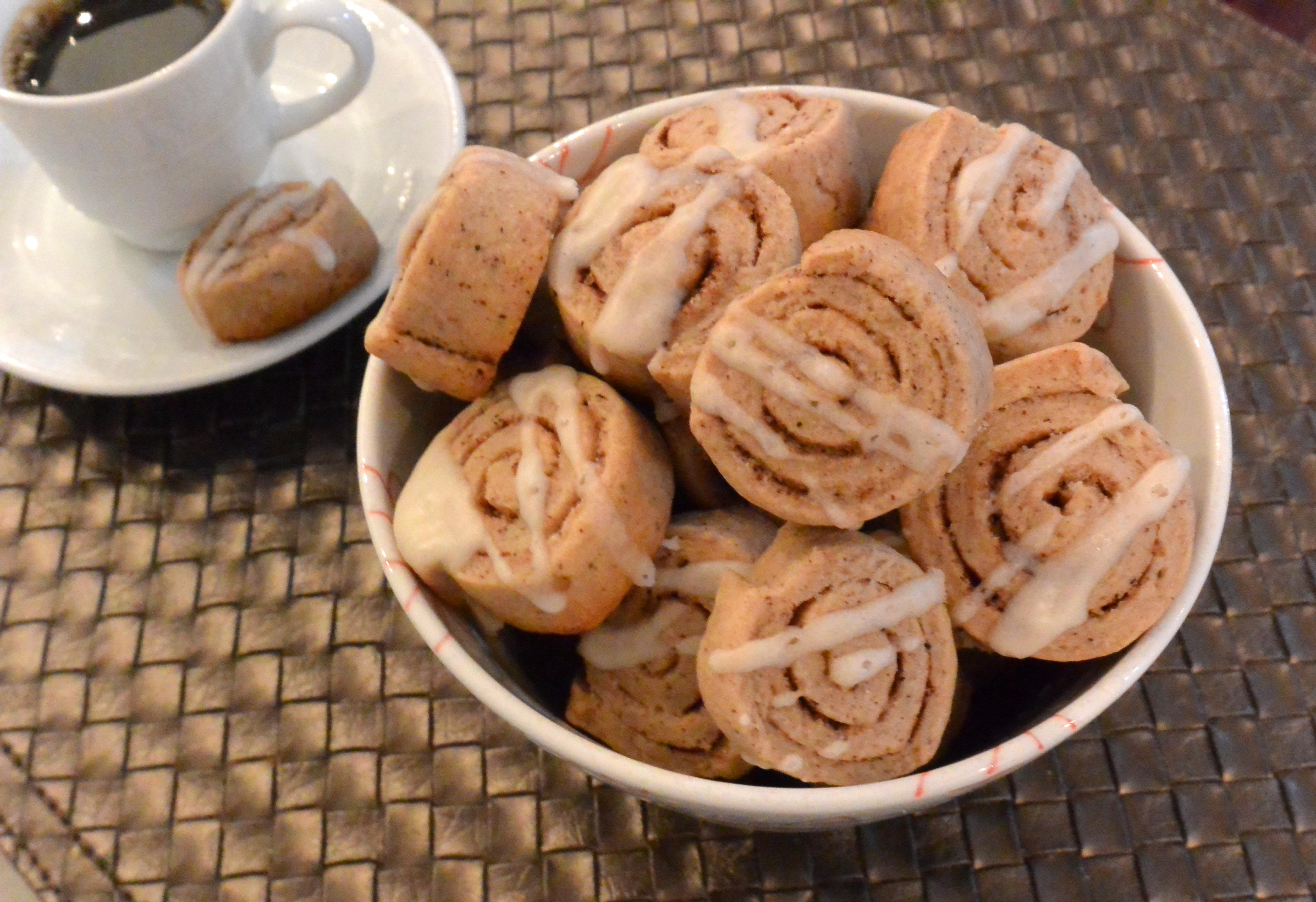 Biscoitinhos de canela, ou, cinnamon roll cookies. Também ficam uma delícia para acompanhar o café. ;)