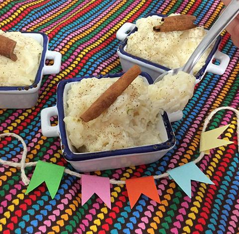 Uma colherada de arroz doce bem cremoso...