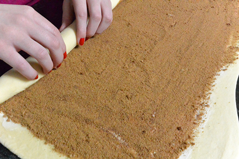 Enrolando o cinnamon roll