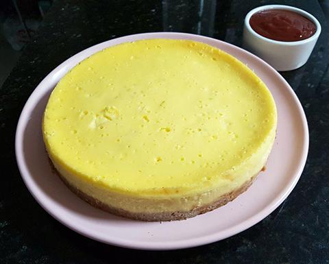 Cheesecake assado só esperando a cobertura de goiabada!