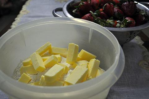 Ingredientes prontos para preparar a massa da torta de morango