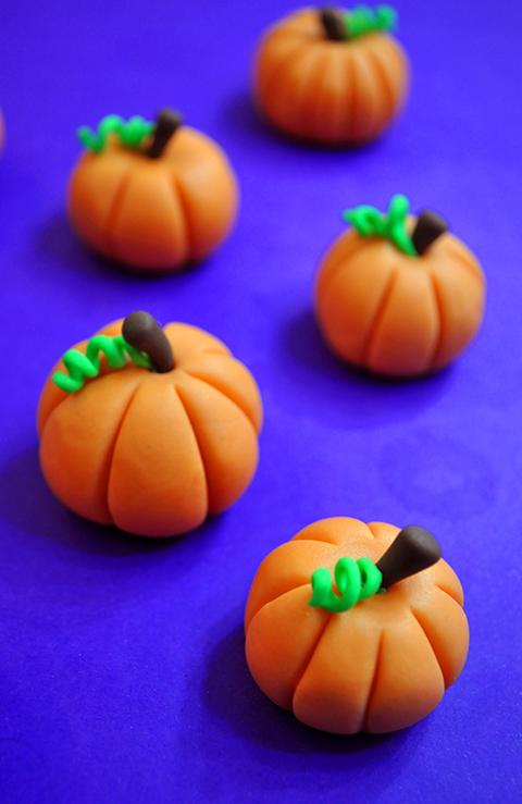 Abóboras fofinhas prontas pra decorar os cupcakes de halloween!