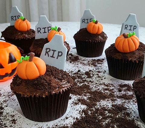 Cupcakes de Halloween: baunilha, frutas vermelhas, chocolate ao leite, Oreo e decoração em pasta americana