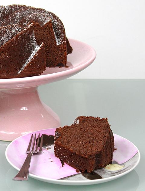 Fatia de bolo de chocolate com cheirinho de mel e rum