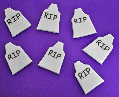 R.I.P (rest in piece - descanse em paz): lápides em pasta americana