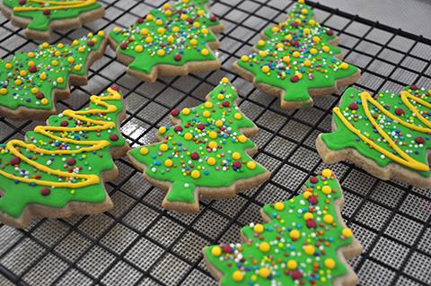 Árvores de Natal decoradas: biscoitos de canela e noz moscada