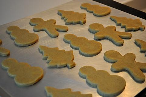 Biscoitos de Natal já cortados e geladinhos, prontos para irem ao forno.