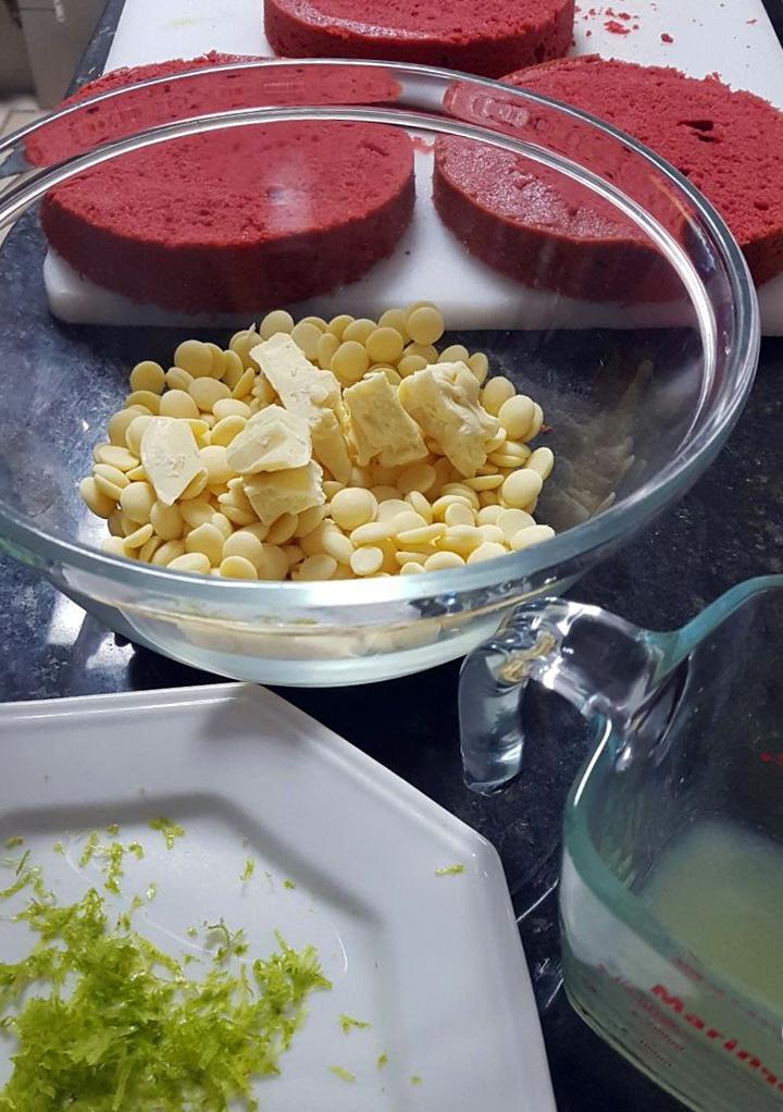 Bolos já assados e ingredientes da trufa de limão só esperando o creme de leite aquecer