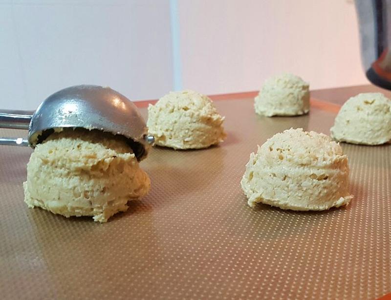 Distribua os cookies em uma assadeira coberta papel manteiga ou silicone para que eles não grudem