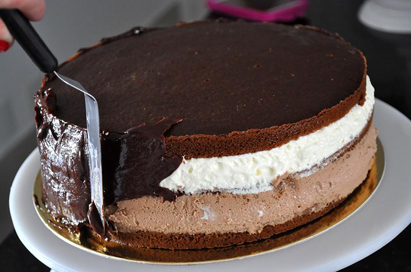 Confeitando o bolo mousse: usando uma espátula e muito amor!