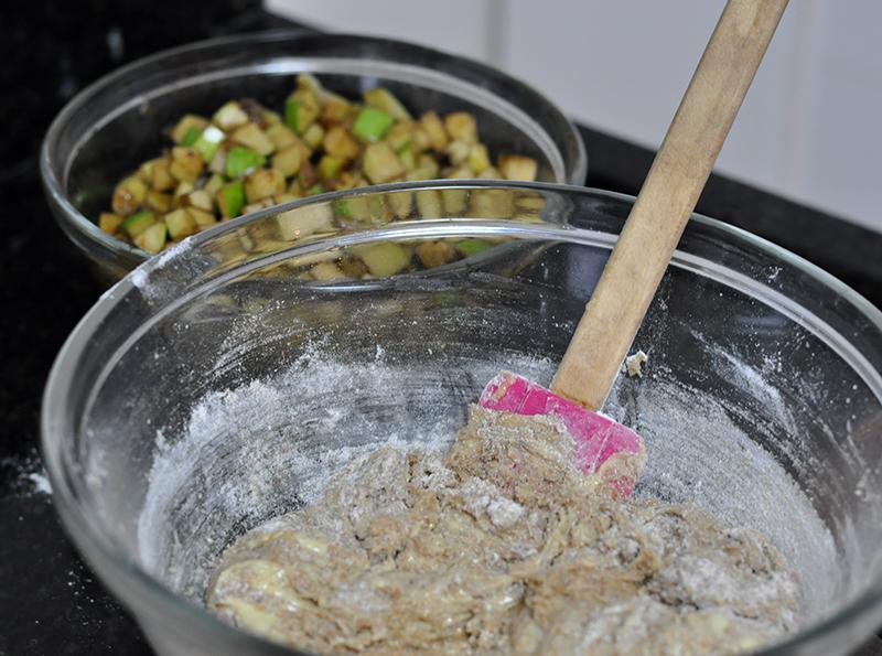 Preparação da massa do bolo de maçã.