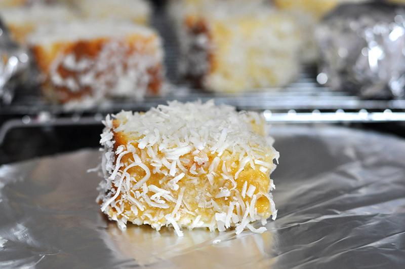 Embale o bolo gelado em papel alumínio para ter um bolo bem úmido até o momento de consumir