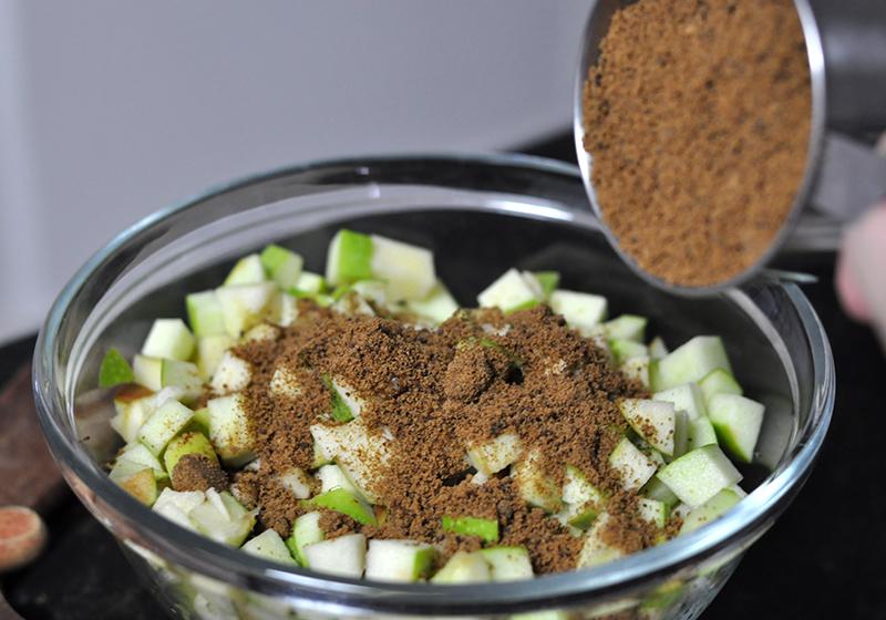 Como extrair o líquido das maçãs para ter um bolo mais úmido.