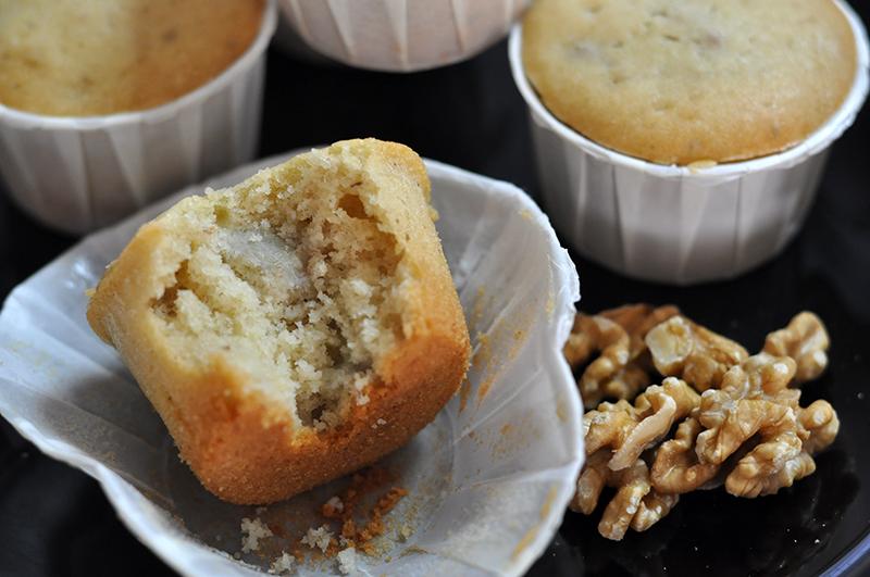 Muffin com pedacinhos de banana e nozes