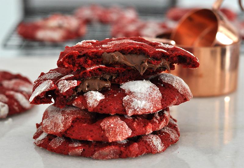 Cookies red velvet recheados com nutella. Dá pra não gostar?