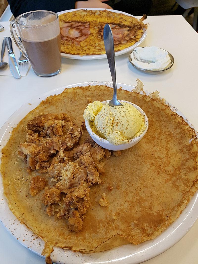 Panqueca com crumble de maçã e sorvete de baunilha