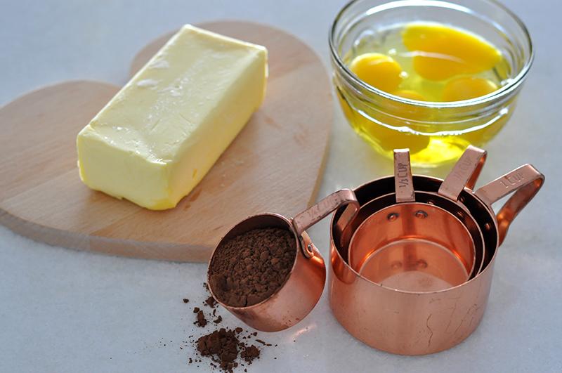 Manteiga, ovos, cacau em pó. Alguns dos ingredientes dos cookies Red Velvet