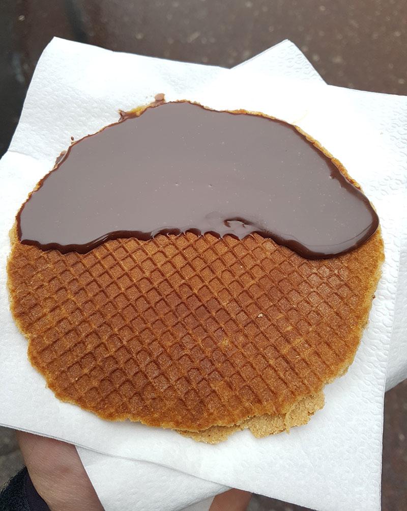 Stroopwafel coberto com chocolate no Albert Cuyp Market