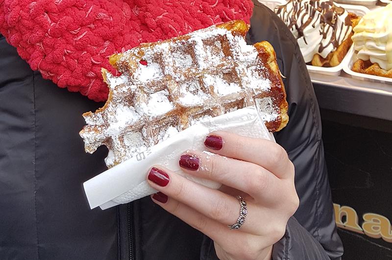 Waffle belga polvilhado com açúcar