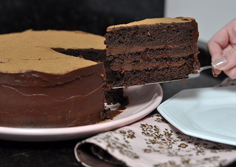 bolo úmido de chocolate com ganache de caramelo recheio e cobertura receita