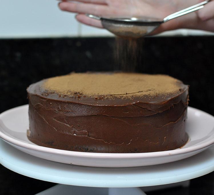 bolo de chocolate com cobertura de chocolate e ganache de caramelo bem úmido