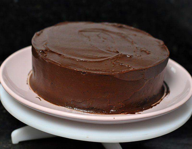 bolo de chocolate com cobertura e recheio de chocolate e caramelo