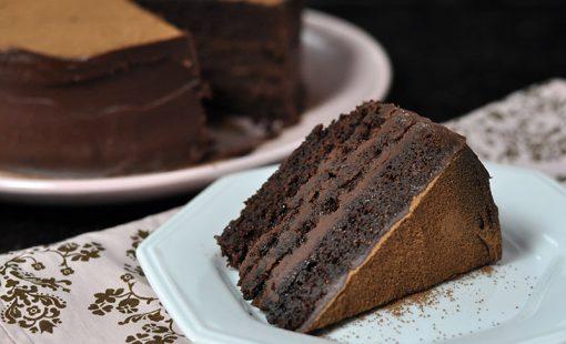 Bolo de Chocolate (muito úmido) com Ganache de Caramelo