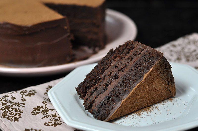 Bolo de chocolate com ganache de caramelo muito úmido