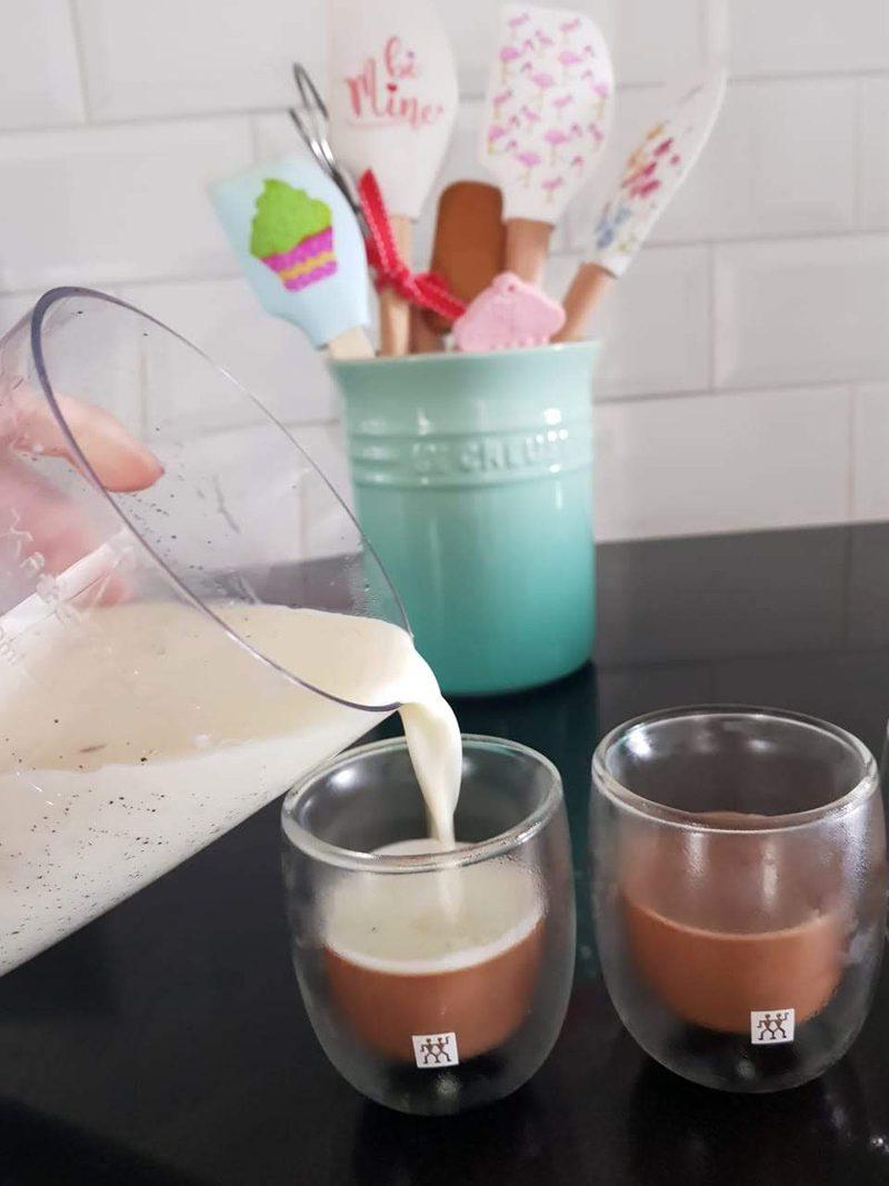 montagem panna cotta de baunilha com chocolate