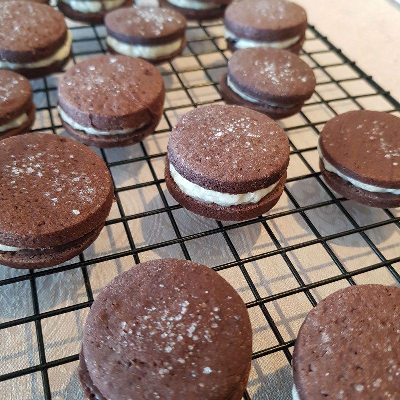bolachas recheadas de chocolate com ganache de cereja