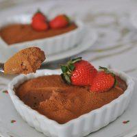 Mousse de chocolate bem cremoso pra esse fim de semana! 🍫🍓❤ Veja a receita no blog! 👉 Link na Bio  #confeitando #cofeitandoblog #pastry #pastrylover #confeitaria #diy #homemade #mousse #lifeissweet #vscofood #vsco #vscocam #yummy #yum #sweet #dessert #sobremesa #chocolate #moussedechocolate #chocolat