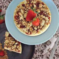 Um cheesecake de morango com farofinha crocante iria bem esse fim de semana, não? Tem receita nova lá no blog! 🍓😉 Aproveite pra preparar e levar naquele churrasco ou almoço de confraternização de amanhã ou domingo! . 👉Link na Bio . .  #confeitando #cofeitandoblog #pastry #pastrylover #confeitaria #diy #homemade #homebaked #lifeissweet #vscofood #vsco #vscocam #yummy #yum #sweet #dessert #sobremesa #morango #cheesecake #strawberry