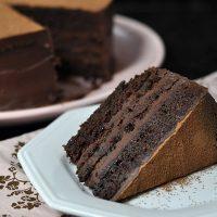 Esse feriado merece um bolo de chocolate bem úmido e com recheio de ganache de caramelo! 🎂🍫 Corre pra cozinha! . 👉Link para a receita no perfil #caramelo #chocolate #bolodechocolate ##confeitando #cofeitandoblog #pastry #pastrylover #confeitaria #diy #homemade #homebaked #lifeissweet #vscofood #vsco #vscocam #yummy #yum #sweet #dessert #sobremes