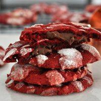 ▪ Uma pausa nos biscoitos decorados de Natal pra lembrar desses Cookies Red Velvet recheados com Nutella. ▪ É só digitar 'Nutella' na barra de busca do blog que você encontra a receita dessas delícias.  #confeitando #cofeitandoblog #pastry #pastrylover #confeitaria #diy #homemade #homebaked #lifeissweet #vscofood #vsco #vscocam #yummy #yum #cookie #redvelvet #nutella #christmascookie