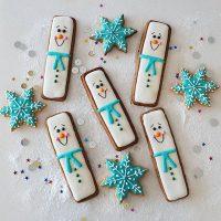 Os bonecos de neve ganharam um formato diferente nessa fornada. ❄️☃️ 🍪 Veja o link para receita dos biscoitos decorados no perfil. . #confeitando #cofeitandoblog #pastry #pastrylover #confeitaria #diy #homemade #homebaked #lifeissweet #vscofood #vsco #vscocam #yummy #yum #sweet #sugarcookies #christmas #christmascookies #royalicing #glacereal #biscoitosdecorados