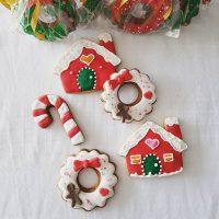 Só mais uns biscoitos decorados pra esse Natal 🎄❤️🍒 . #confeitando #cofeitandoblog #pastry #pastrylover #confeitaria #diy #homemade #homebaked #lifeissweet #vscofood #vsco #vscocam #sugarcookie #royalicing #biscoitosdecorados #biscoitosdenatal #xmascookies #christmascookie