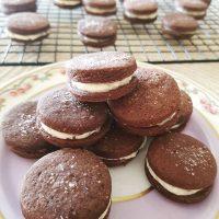 Biscoito + chocolate + cereja! 😗🍒🍪🍫 Hoje tem receita nova no blog pra matar a saudade. .  #confeitando #cofeitandoblog #pastry #pastrylover #confeitaria #diy #homemade #homebaked #lifeissweet #vscofood #vsco #vscocam #yummy #yum #sweet #cookie #chocolate