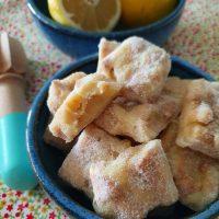 Palha Italiana de Limão Siciliano: fácil, rápido, refrescante - a cara do verão. 🍋☀️🌡(só precisa lavar muito bem as mãos antes de ir pro Sol 😅) 👉 Link para lá receita no perfil . #confeitando #cofeitandoblog #pastry #pastrylover #confeitaria #diy #homemade #lifeissweet #vscofood #vsco #vscocam #yummy #yum #sweet #lemon #palhaitaliana